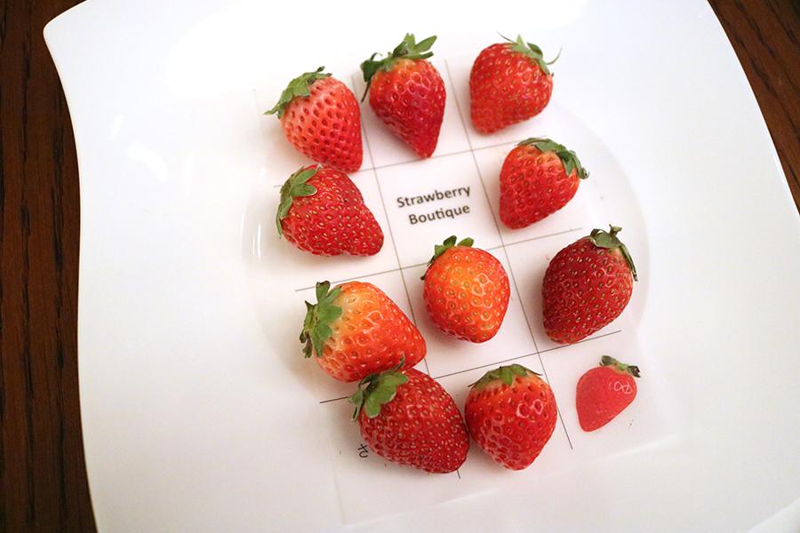 銘柄の書かれたシートが用意され、名前を確認しながらいちごの食べ比べができる