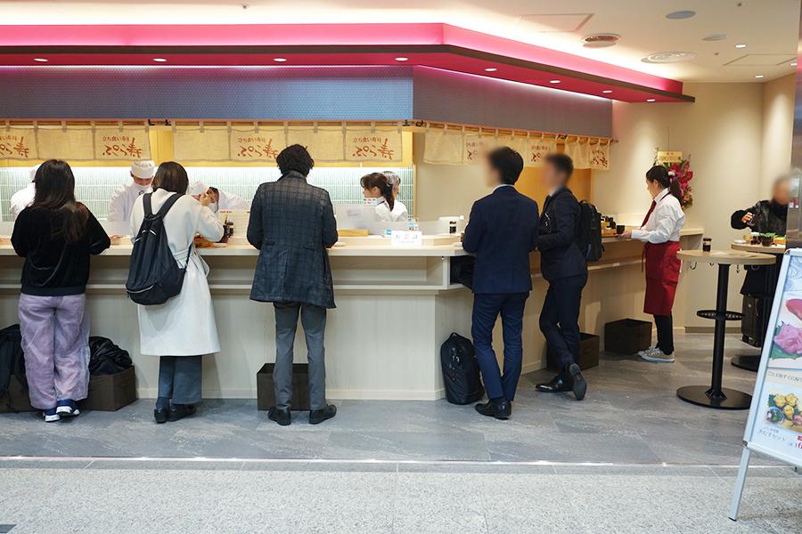 昼過ぎでも、続々とお客が入店。カウンターのほか、スタンディングのテーブル席も