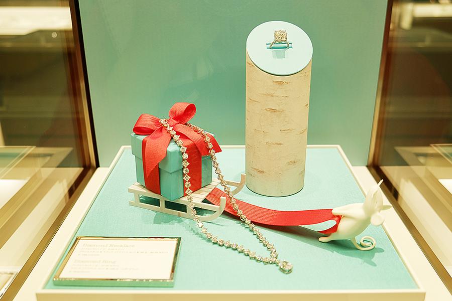 5.08カラットのクッションカットのダイヤモンドの周りに、合計16.82カラットのラウンド ダイヤモンドと、合計19.97カラットのプリンセスカット ダイヤモンドを配したハイジュエリー。1億2010万円(税別)のダイヤモンドネックレスは、12月6日まで展示・販売。身に着けたい場合は問い合わせを