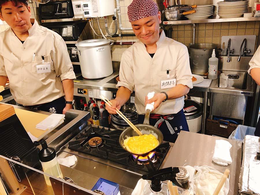 リズミカルに動いて料理を作る、名物店主の井戸本太子さん