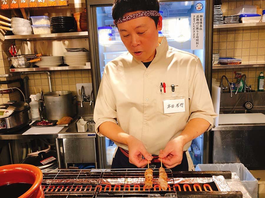 猪バラ肉の串を焼く本田孝行さんは、イタリアン出身