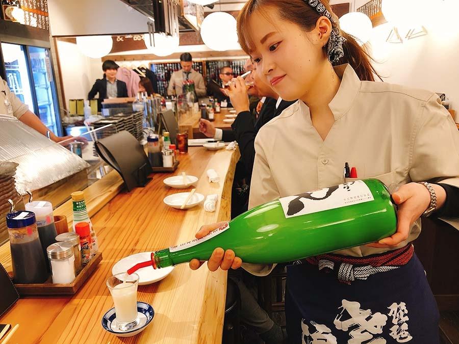 新たに女性スタッフも。注いでいる日本酒は、篠峯のどぶろく