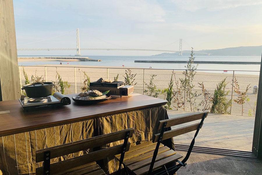施設からは明石海峡大橋と淡路島が望める抜群のロケーションだ