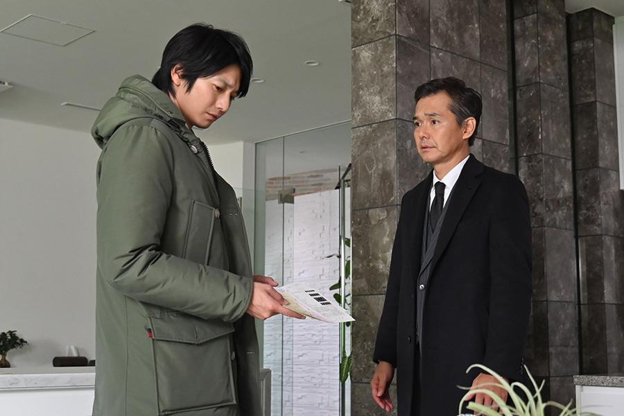 左から、向井理、渡部篤郎