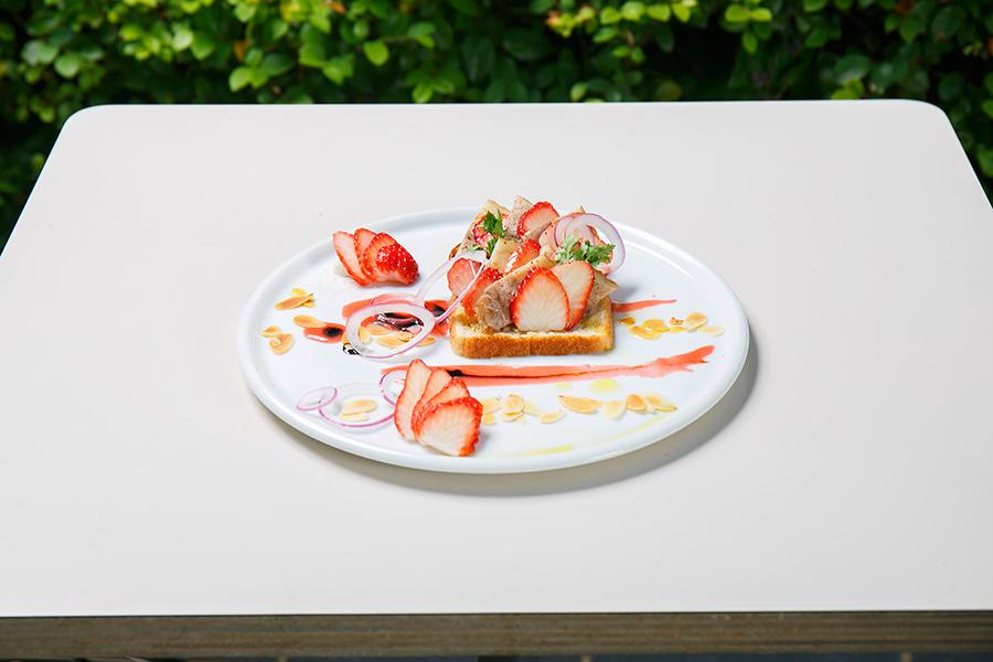 「豚バラ肉とさがほのかのスモーブロー」(910円・税別)