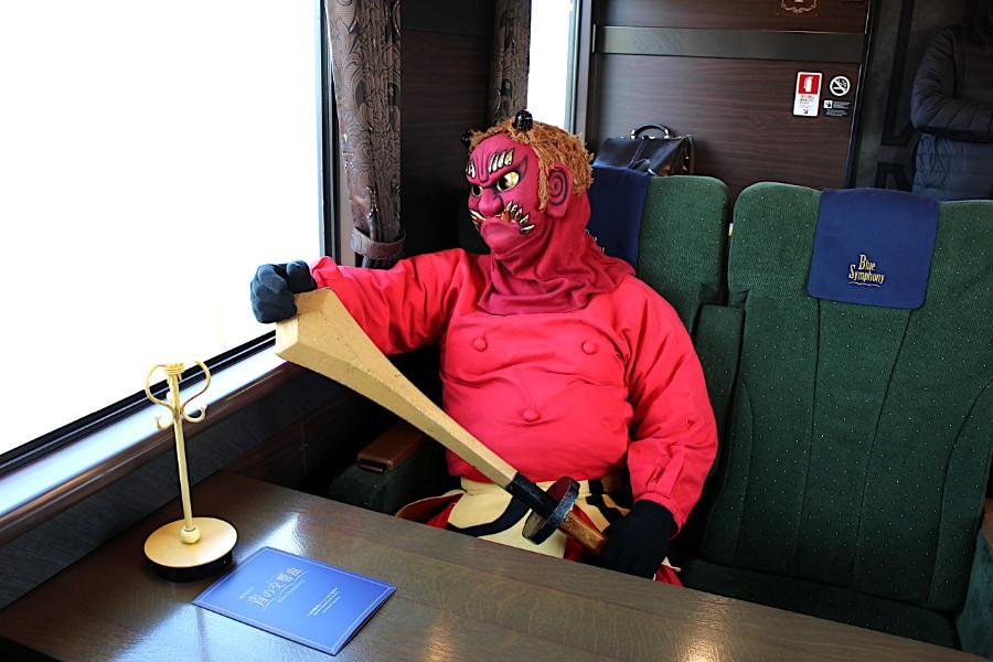 「青の交響曲」車内でくつろぐ吉野山の鬼さん(1月18日・青の交響曲車内)