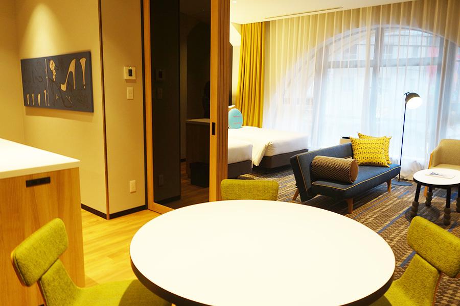 2階にある、アイランドキッチン付きの1ベッドルームツイン。アーチ状の窓も特徴