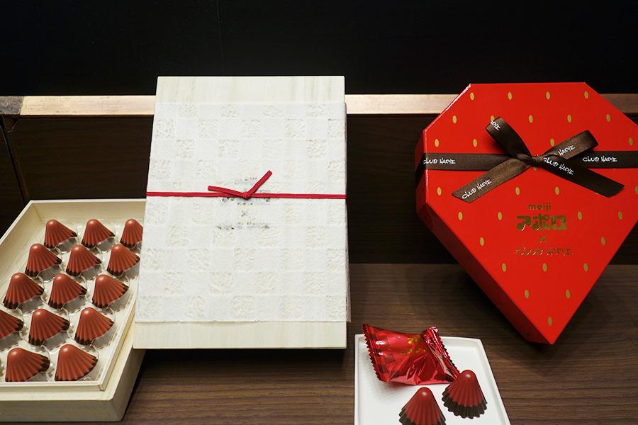 右側が、「meiji アポロ×CLUB HARIE アポロチョコレート」。いちご型のボックスがかわいく、こちらも購入困難となりそうだ