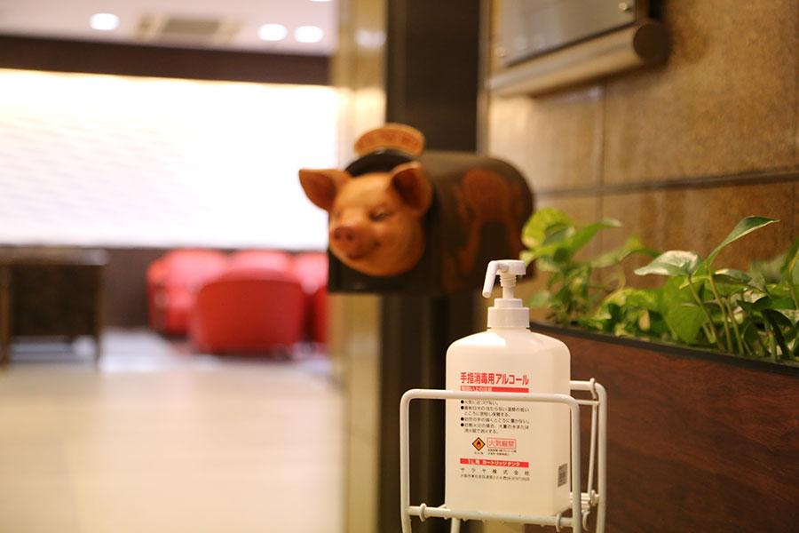 入り口にはアルコール消毒スプレーを用意(写真提供:大阪コロナホテル)