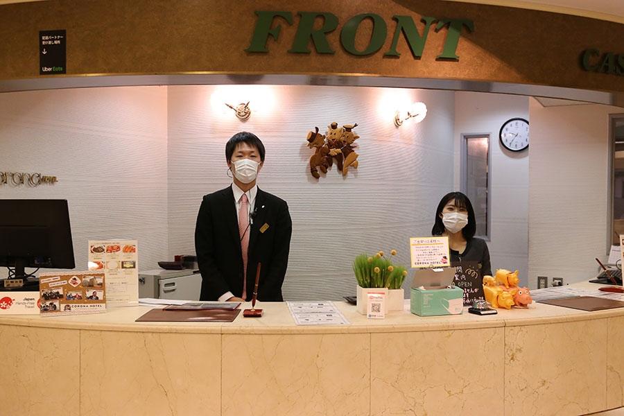 従業員のマスク着用を義務付けている(写真提供:大阪コロナホテル)