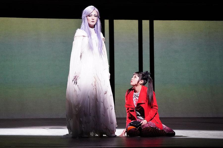 死神レム役のパク・ヘナ(左)と弥海砂役の吉柳咲良