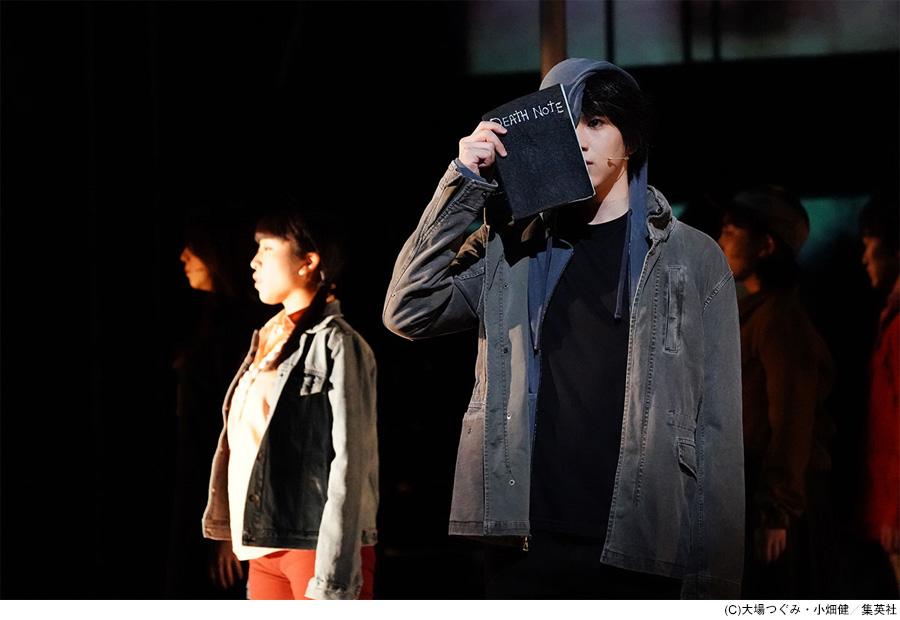 東京公演より、夜神月を演じる甲斐翔真(右) 写真/田中亜紀 提供:ホリプロ