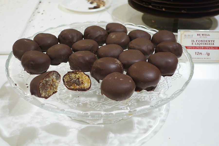 「ビー ウェル」で一番人気は、栗をチョコでコーティングした栗カバーダークチョコレート。こちらも量り売り