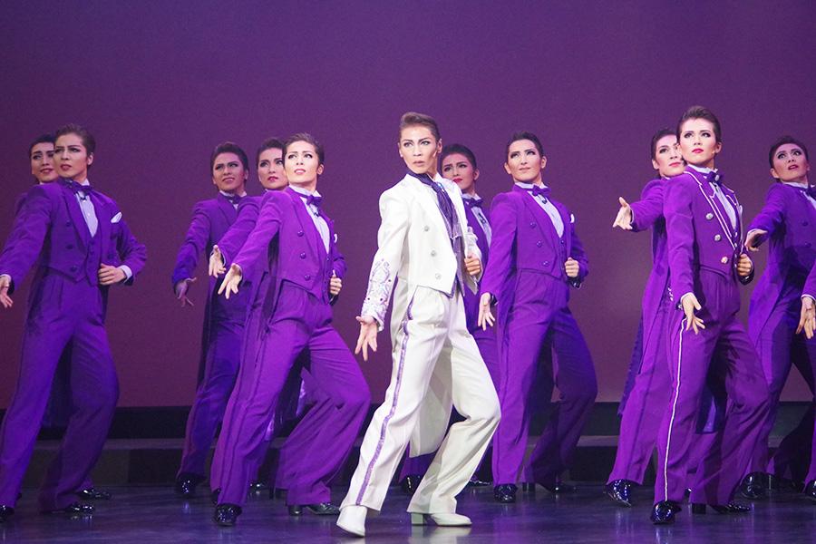 伝統的な「花男(花組男役)」のプライドが炸裂するような、男役群舞をたっぷりと見せるフィナーレ