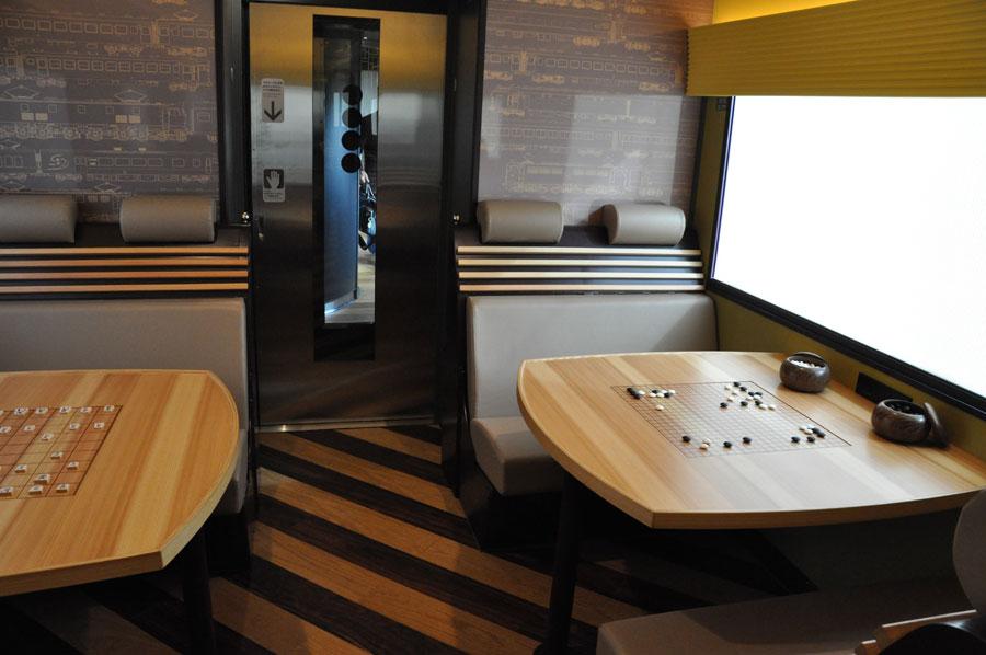 4号車「遊星」の車内には、ボードゲームのできるテーブルが設置されている(1月25日・吹田市)