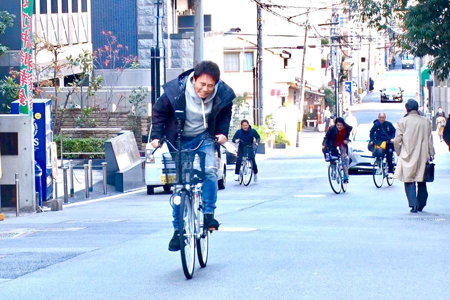 全力でママチャリを立ちこぎする浜田雅功(左)と藤原紀香(写真提供:MBS)
