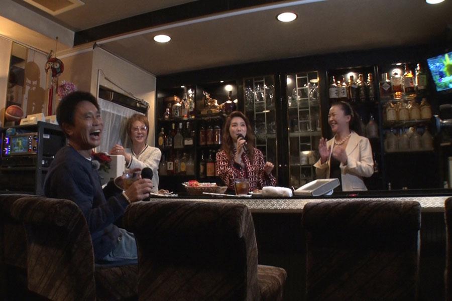 ウイカの絶妙な合いの手にテンションMAXで、『3年目の浮気』を歌う浜田(写真提供:MBS)