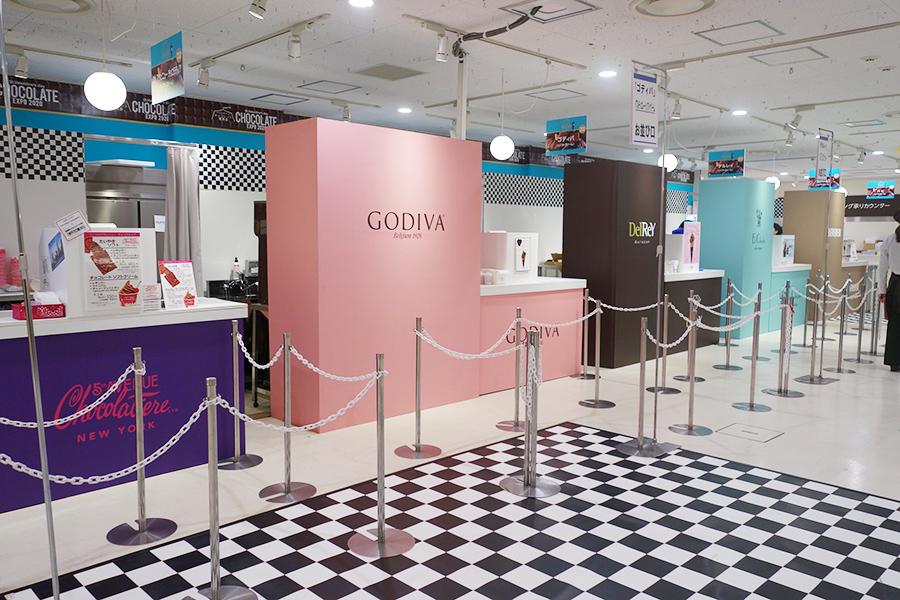 ソフトクリームなどのスイーツを販売する「チョコフードホール」。店名が記されたパネルの、青色が目印