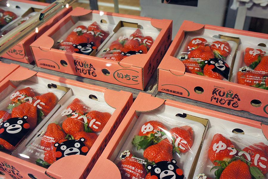 鮮やかな紅色に、甘さが引き立つ、やや控えめの酸味が特徴の熊本県「ゆうべに」(7階)
