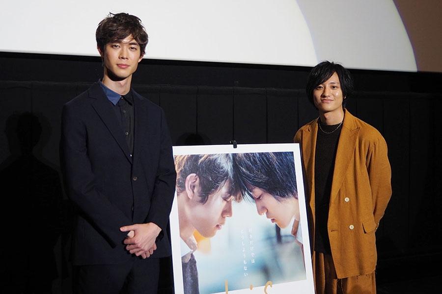 映画『his』の舞台挨拶に登場した宮沢氷魚(左)、藤原季節(17日、大阪市内)