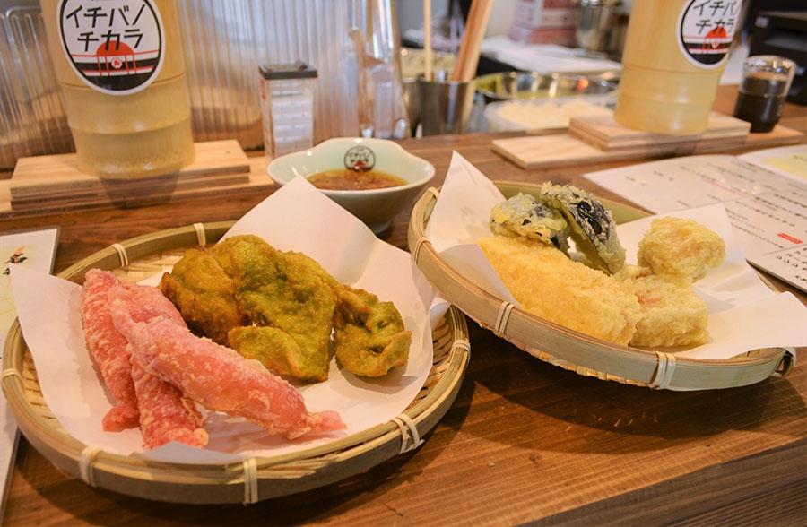 真ん中が、大根の葉っぱ、にんにく、キャベツ、しょうが、などを粉末にして天ぷら粉に混ぜたという「ベジコナとり天」