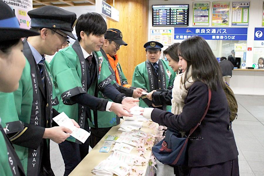 「自分の受験は終わったので友人のために」と受け取る、友だち思いの女子高生も(1月10日・JR奈良駅構内)