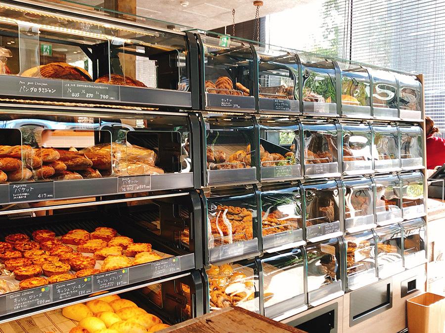 存在感抜群! 大きなドイツ製のパン専用ショーケース
