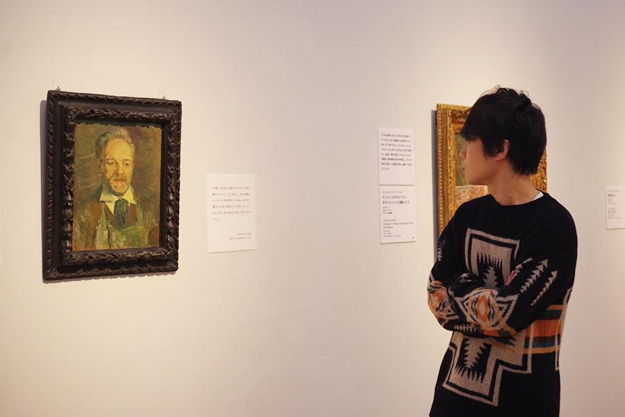ゴッホが画材を買っていたお店の店主を描いた《タンギー爺さんの肖像》。タンギーさんのことは好きだったけれども、その奥さまとは仲が悪かったとか。フィンセント・ファン・ゴッホ《タンギー爺さんの肖像》 1887年1月 油彩・カンヴァス ニュ・カールスベア美術館 © Ny Carlsberg Glyptotek, Copenhagen
