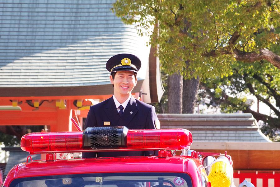 ミニ消防車に乗って笑顔で登場した松下洸平