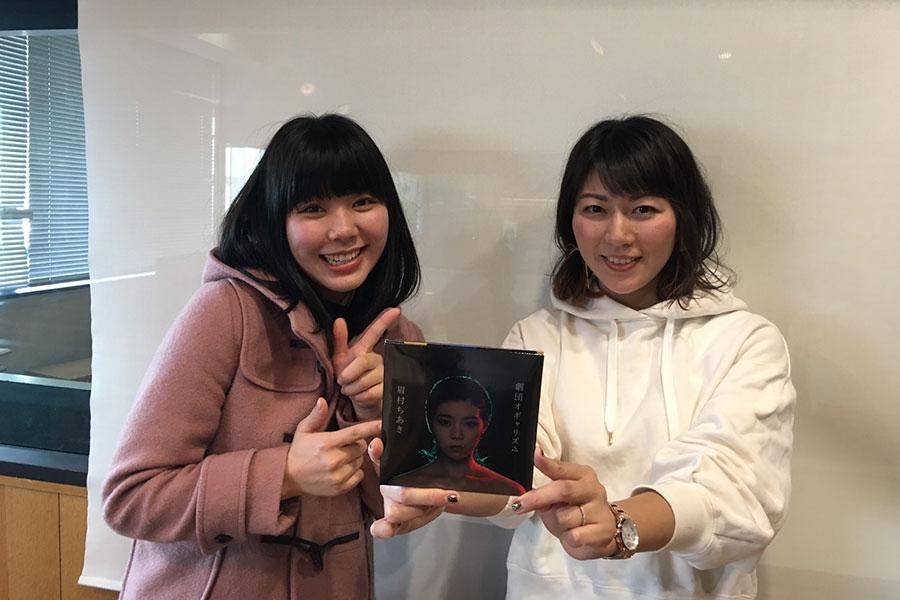 FM OH!『なんMEGA!』にゲスト出演した眉村ちあき、右はDJの前田彩名(10日・大阪市内)眉村は「勝手にMEGA〜PLAY」の1月を担当している