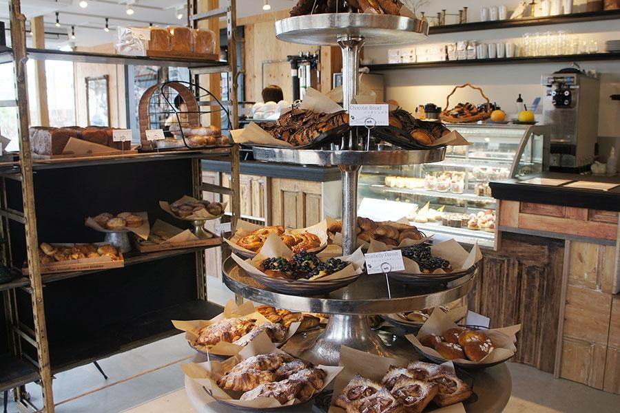 常時40種類のパンが並び、イートイン・テイクアウトともに利用できる「モンディアルカフェ328タグボート」