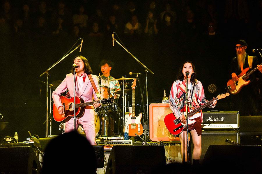 『I LIKE YOU』を歌う(左から)トータス松本、のん(18日・大阪市内)撮影=渡邉一生/河上良