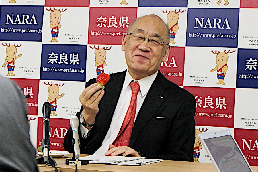 試食をしながら「イチゴは奈良の産物だったから、子どもの頃から食べていた。当時は練乳で甘さを足していた」と幼い頃の思い出を語った荒井知事
