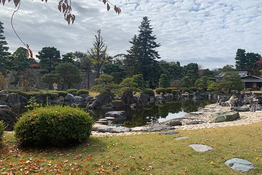 1965年に作庭された清流園、目の前には石組も素晴らしい大きな池が広がっている
