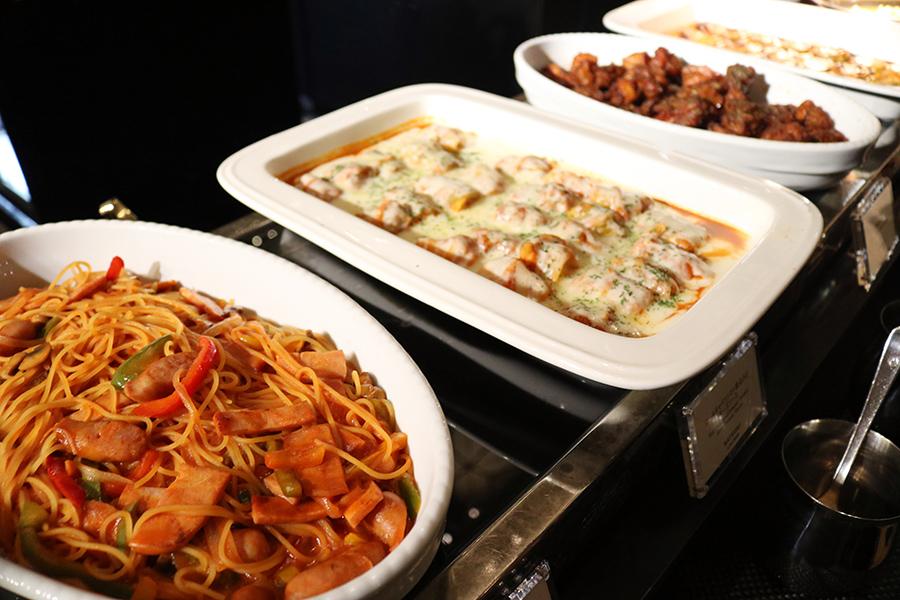 パスタやカレー、フライドポテトなどの料理もあり、しっかりと食事もできる