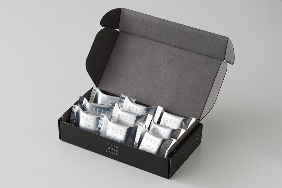 中身は個包装なので、大人数のギフトや手土産にも「バターサンド〈黒〉」(9個入り2430円)