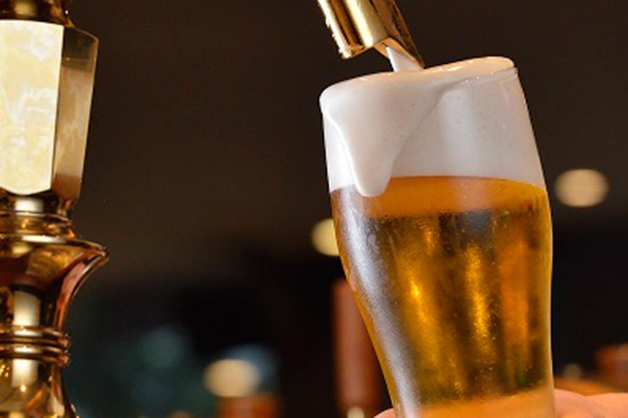 バーテンダーが熟練の技で注いでくれるビールは、泡のきめ細かさも違う