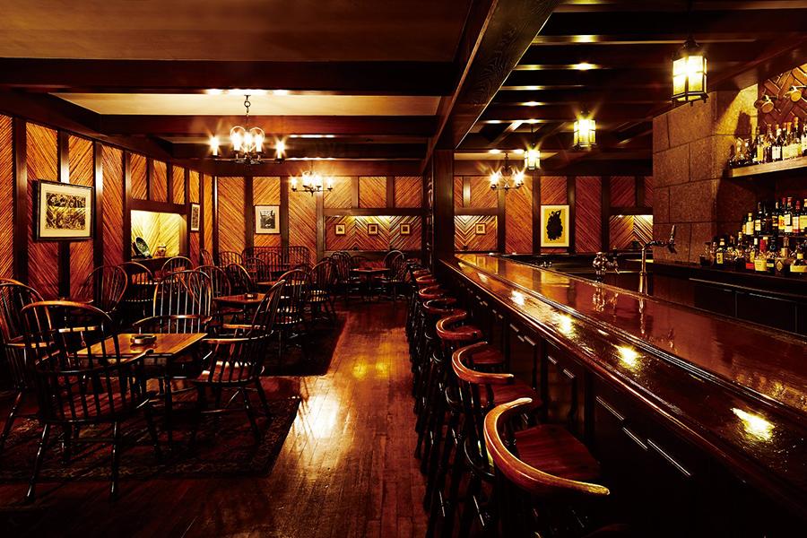 リーガロイヤルホテルの1階にあるリーチバー。BGMが流れない、静かな空間も特徴