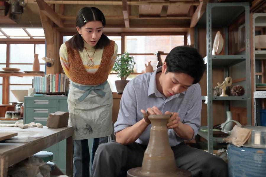 八郎(右・松下洸平)の作陶を見る三津(黒島結菜)©NHK