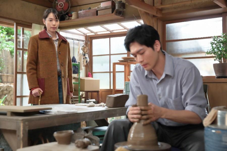 八郎(松下洸平)が新しく作り始めた作品が気になる喜美子(戸田恵梨香)©NHK