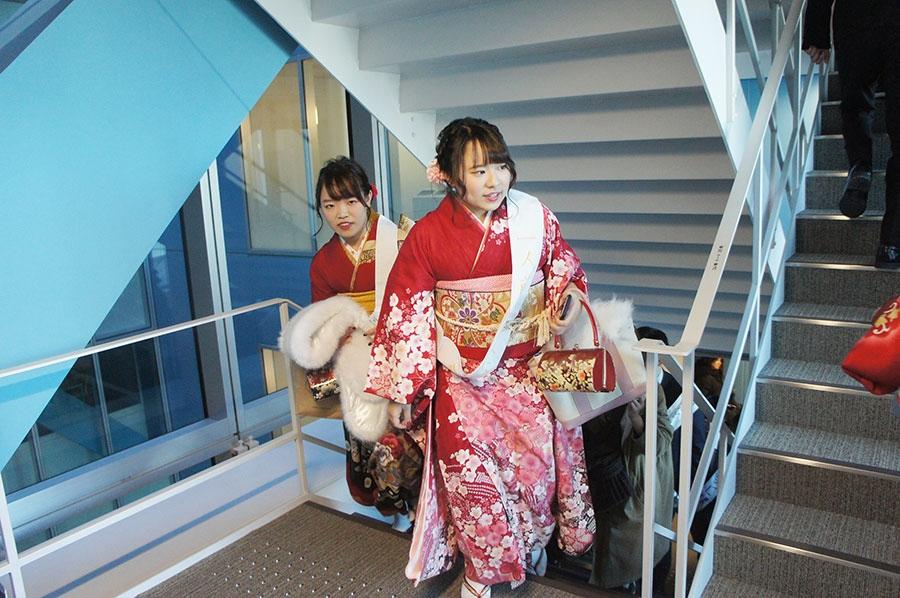 36階付近では余裕の笑顔の人もいれば、さすがに息切れしている人も多い(13日・大阪市内)