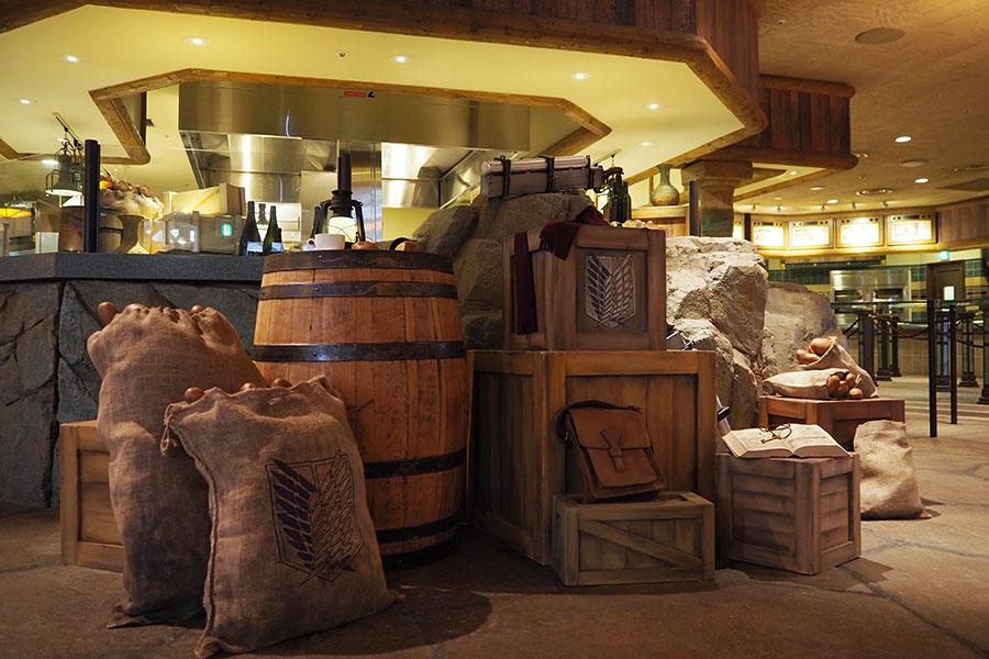 立体機動装置や調査兵団の遠征用鞄、衣類などが無造作に置かれた食堂内