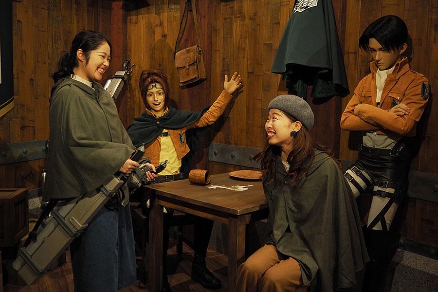 『進撃の巨人 調査兵団の食堂』には、ハンジとリヴァイと写真が撮れるフォトスポットも(有料)