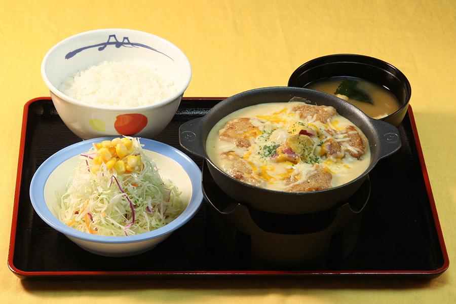 「シュクメルリ鍋定食」(ライス・生野菜・味噌汁付き、790円)