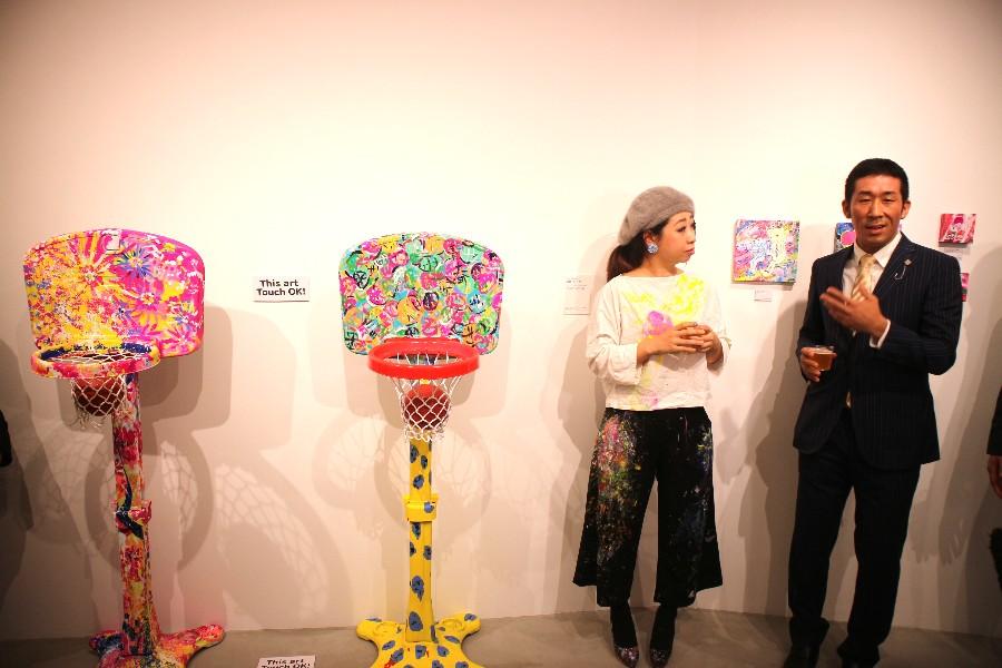「青春」がテーマのバスケットゴール作品。右が田村の作品で、多くのバスケットボールが描かれる(1月10日・大阪市内)