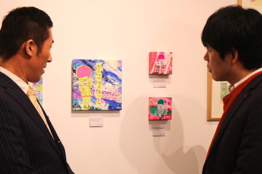 silsilが「自分に置き換えたときに結構ショックやなと思うものを選んだ」という川島とのコラボ作品を見る田村(左)と川島