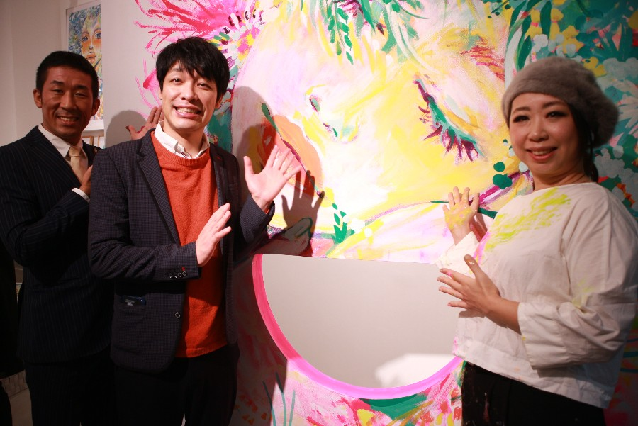 コラボしたアーティストsilsilの作品をバックに、麒麟の田村裕(左)と川島明、silsil(1月10日・大阪市内)