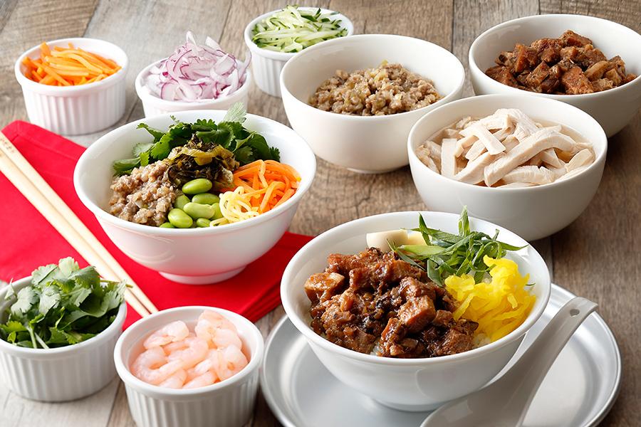 ライス&ヌードルステーションでは、豚肉の台湾甘辛煮、うずら卵、エビなどがスタンバイ。パクチーと自家製ラー油コーナーもあり