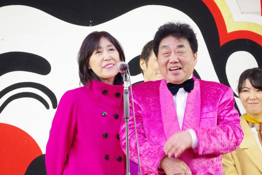 「夫婦でやることになりましたので、よろしくお願いいたします」と新年の抱負を話した横山ひろし・春けいこ(1月10日・大阪市)