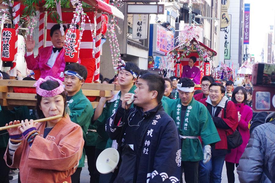 宝恵駕に乗る横山ひろしと当初は後ろから歩いてついて行った春けいこ(1月10日・大阪市)